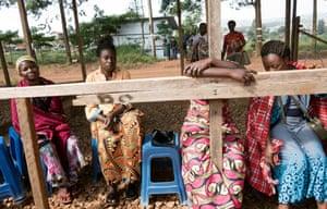 Verwandte warten vor einem Ebola-Behandlungszentrum