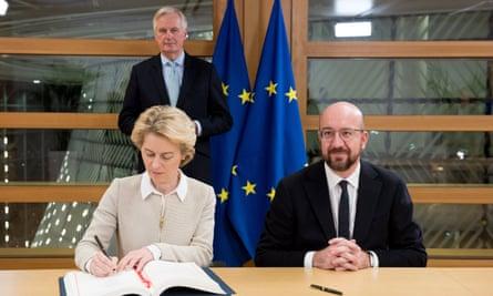 Ursula von der Leyen signs the agreement.