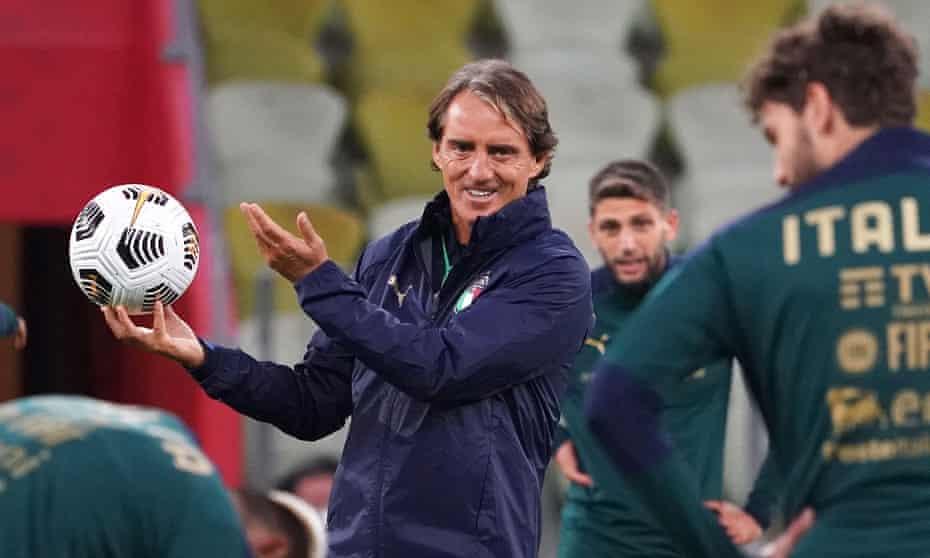 Roberto Mancini durante un allenamento in Italia nell'ottobre 2020