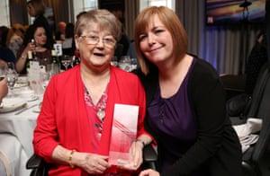 La madre de Lyra McKee, Joan Lawrie con la hermana de Lyra Nichola McKee Corner, recibe un premio póstumo para McKee por periodismo excepcional, mayo de 2019