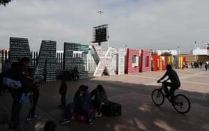 """Die Worte """"Tijuana, Mexiko"""" stehen auf der mexikanischen Seite der Grenze zu den USA, wo Migranten darauf warten, gestern in Tijuana, Mexiko, einen Asylantrag in den USA zu stellen"""
