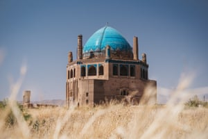 The Mausoleum of Oljaytu's turquoise dome and stylised Kufic calligraphy are similar to those found in Central Asia, particularly in Uzbekistan.