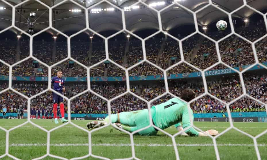 Yann Sommer saves Kylian Mbappé's penalty to win the penalty shootout 5-4.
