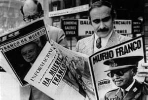 People in Madrid read newspapers announcing the death of General Franco, November 1975.