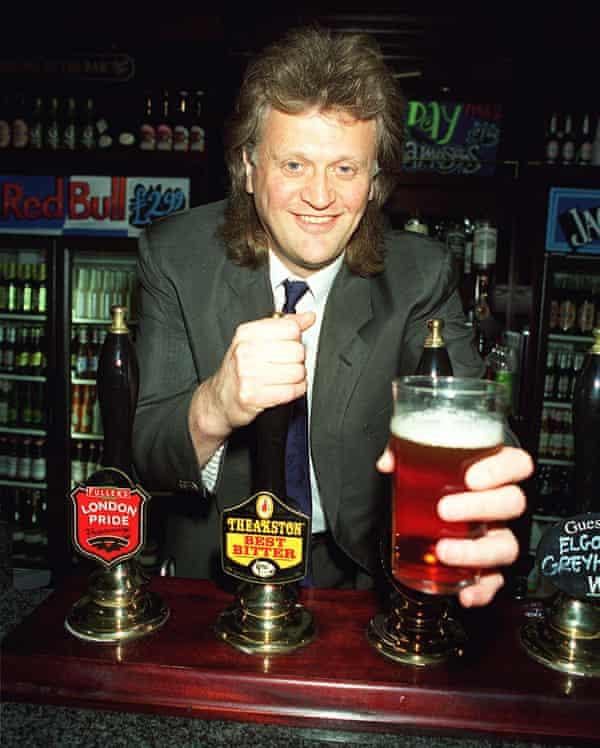 Tim Martin pulling pints in 1999