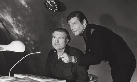 Shane Rimmer, seated, with Roger Moore in The Spy Who Loved Me, 1977.
