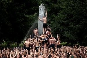 Annapolis, USAfter more than an hours work, the 2022 plebe class from the U.S. Naval Academy celebrates after successfully placing an upperclassmans hat atop the Herndon Monument in the annual tradition. Plebes, or freshmen, must scale the monument greased with about 50 pounds of vegetable shortening using teamwork to remove a traditional plebe cap and replace it with the upperclassmans cap