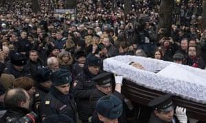 2015年3月,在莫斯科举行的告别仪式上,人群聚集在一起观看鲍里斯·涅姆佐夫的棺材。