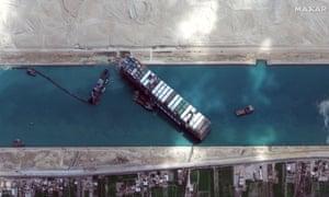 Sebuah citra satelit menunjukkan kapal kargo MV Ever Given terjebak di terusan Suez.