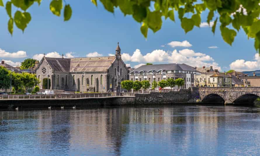 King John's Castle and the River Shannon, Limerick, County Limerick, Munster, Ireland, Europe.