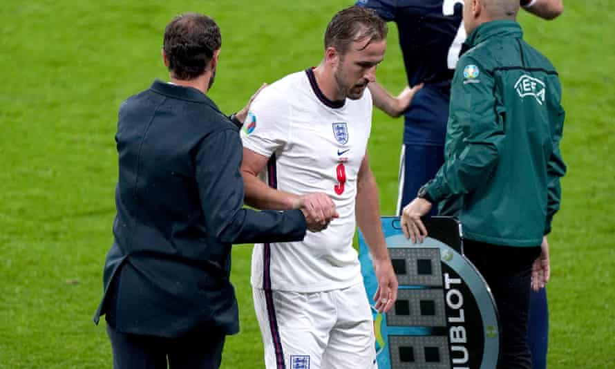 Harry Kane shakes hands with Gareth Southgate after being substituted during England's goalless draw with Scotland.