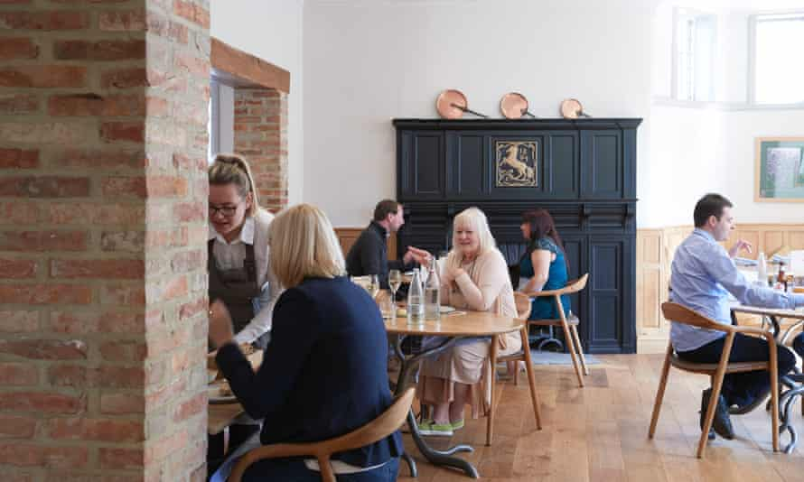 Roots is a former gargantuan boozer datinr from 1893, which has been tastefully renovated in muted shades.