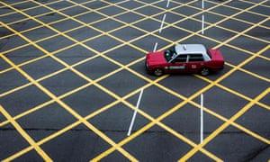 Un taxi traverse une intersection à Hong Kong le 6 juin 2020.
