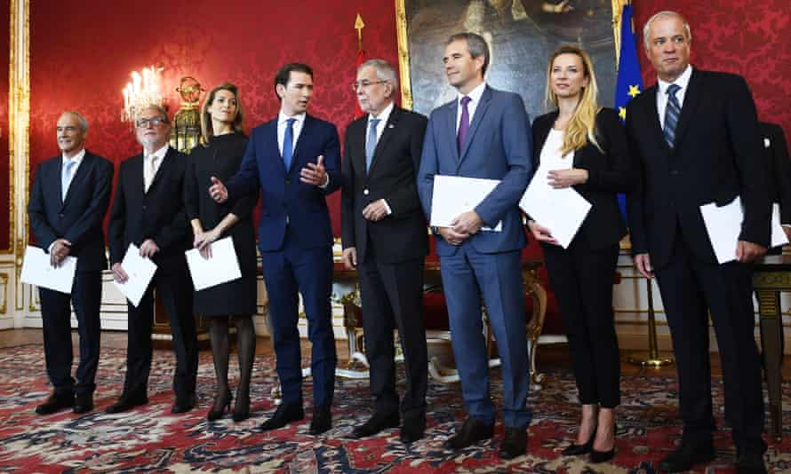President Alexander Van der Bellen (centre R), chancellor Sebastian Kurz (centre L) and Austria's new interim ministers on Wednesday.