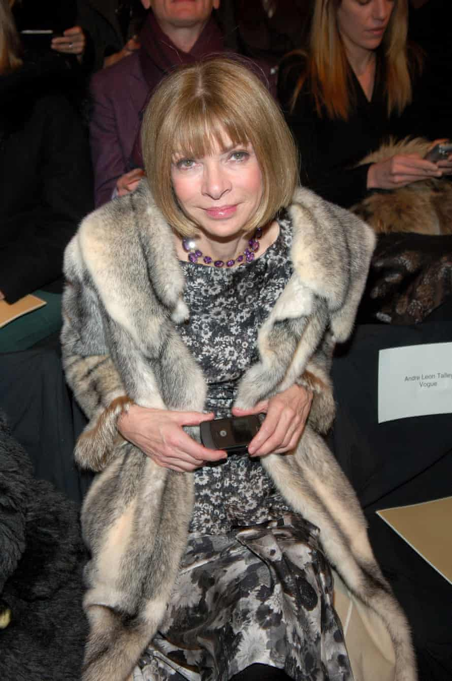 Anna Wintour at fashion week in 2007, at the start of her flip-phone revival.