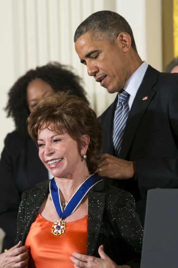 Barack Obama awards Isabel Allende the presidential medal of freedom in 2014.