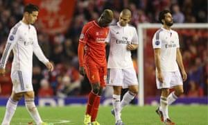 马里奥·巴洛特利(Mario Balotelli)与佩佩(Pepe)交换衬衫 - 并为此陷入麻烦之中。