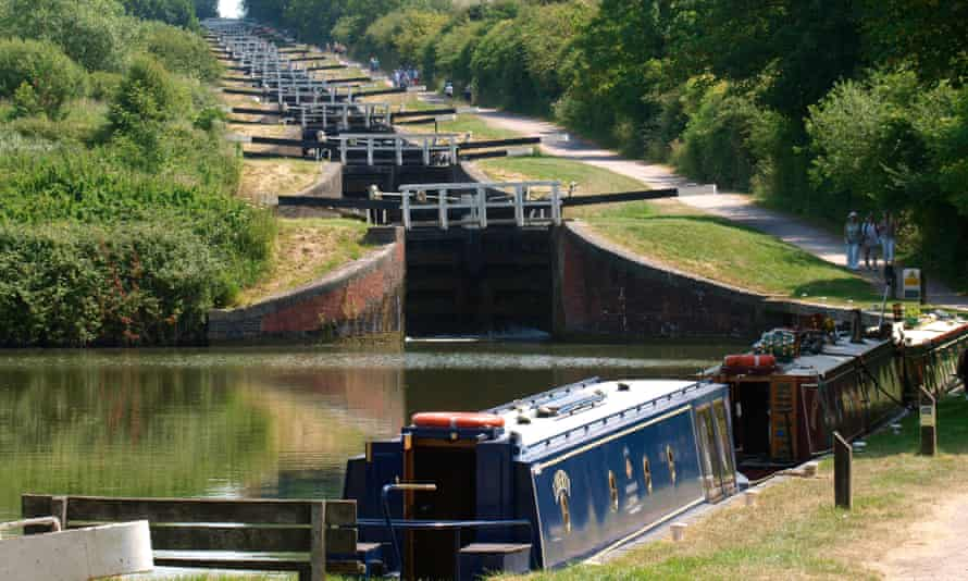 Caen Hill Locks on the Kennet and Avon Canal, Devizes, Wiltshire, UK