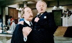 """John Inman con Frank Thornton en ¿Te servirán? ... """"Encendió una chispa en mí""""."""