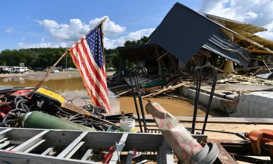 La inundación ocurrió repentinamente el sábado por la mañana y la gente no pudo protegerse.