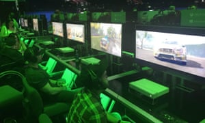 People playing Forza Horizon at Xbox's E3 2018 showcase