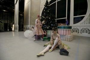 Ballet dancer puts on shoes