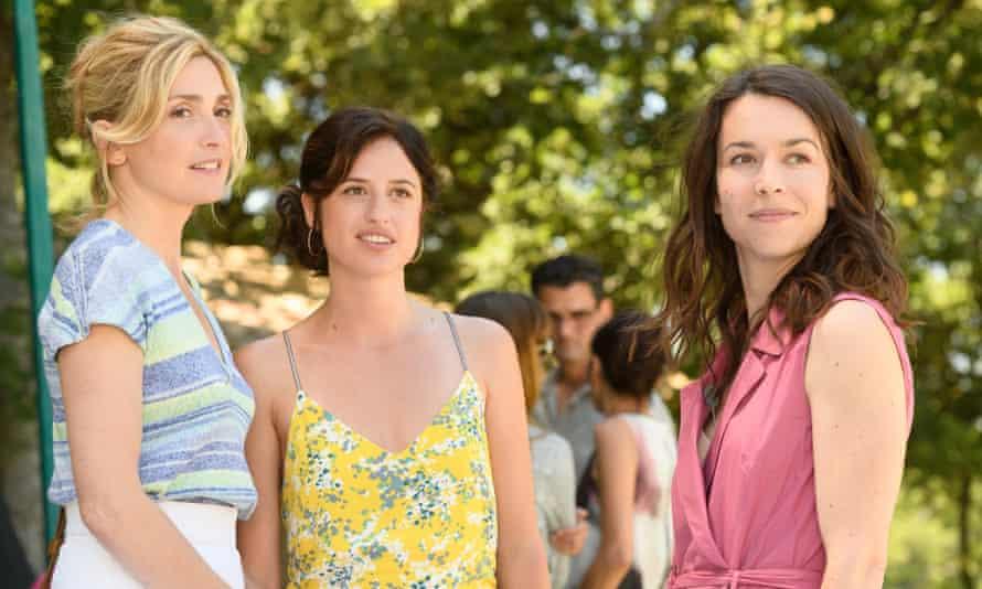 Victoire (Julie Gayet), Emilie (Cyrielle Voguet) and Marion (Marie Dompnier)