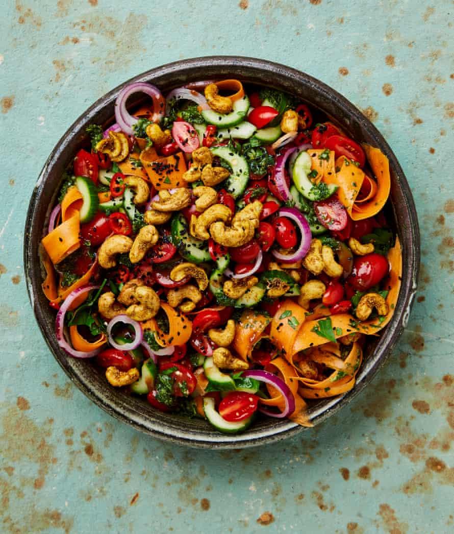 Il curry di cetriolo mescolato con ottolenki di yogurt viene mescolato con anacardi.