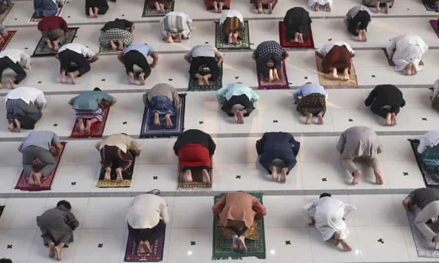 Umat Muslim berdoa terpisah sebagai tindakan pencegahan terhadap wabah virus corona selama salat Idul Adha di masjid Zona Madina di Bogor, Indonesia