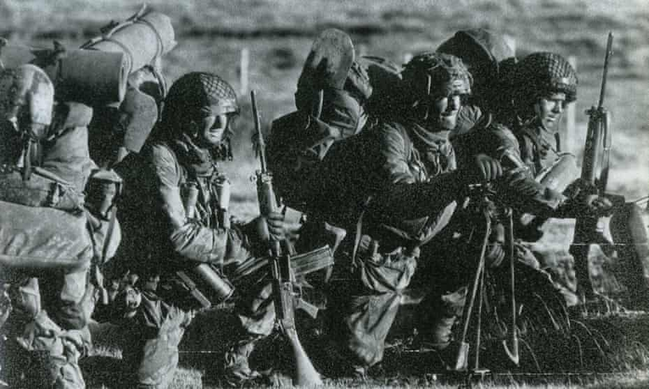Pte Dave Parr on the Falkland Islands on 10 June 1982, with Pte Neil Turner and Pte Terry Stears.