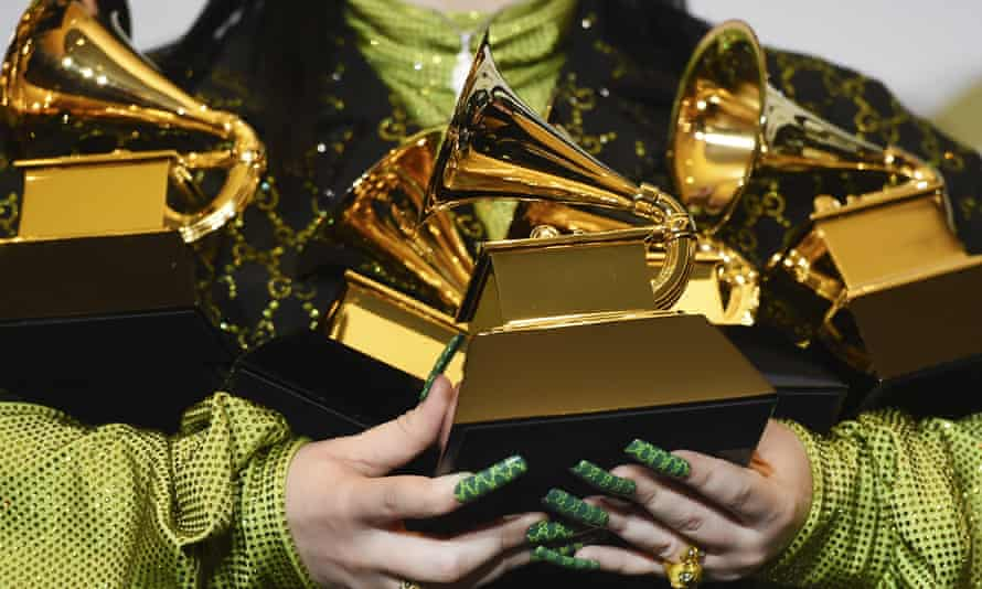 Billie Eilish holding her Grammy awards at the 2020 ceremony