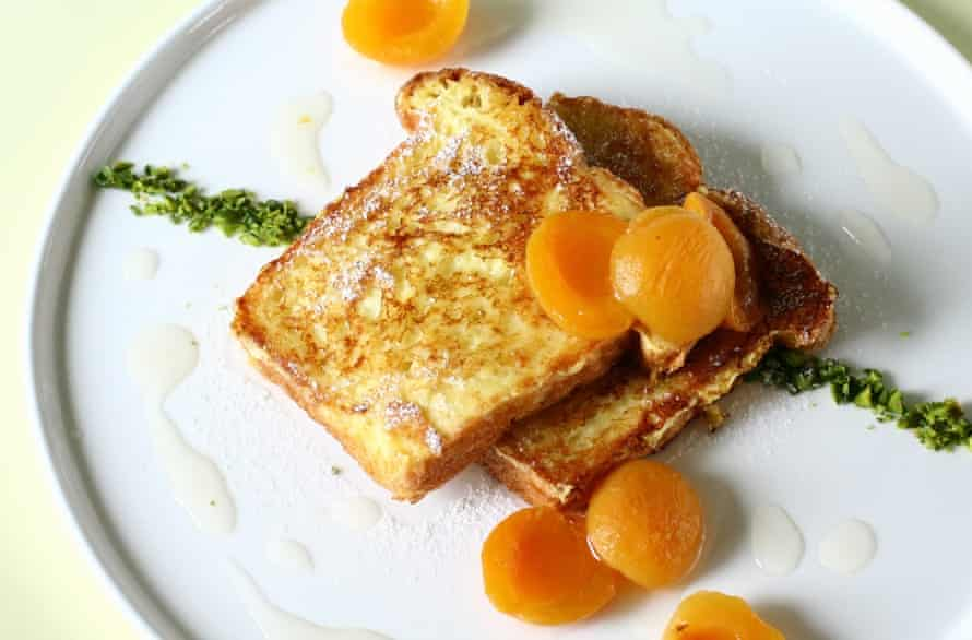 Pain perdu with apricots.