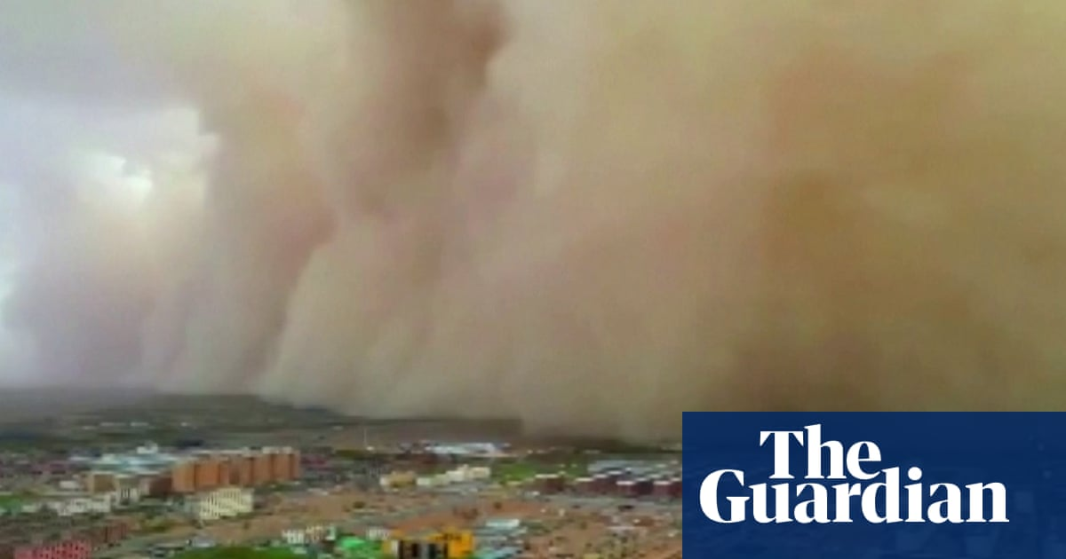 Huge sandstorm engulfs towns in China – video