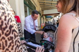 Mark McGowan talks to members of the public outside an early voting centre in Kalgoorlie