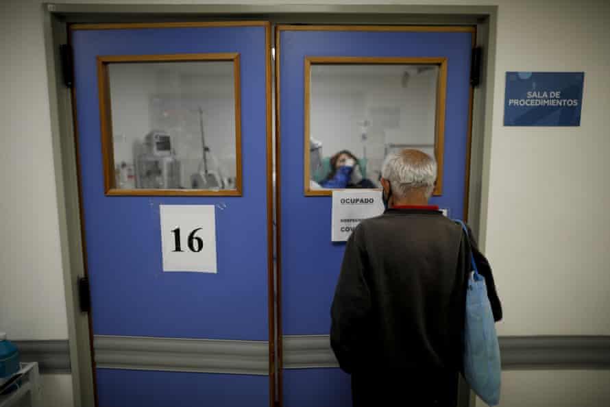 Un hombre cuida a su esposa, sospechosa de tener Covid-19, en un hospital de Argentina