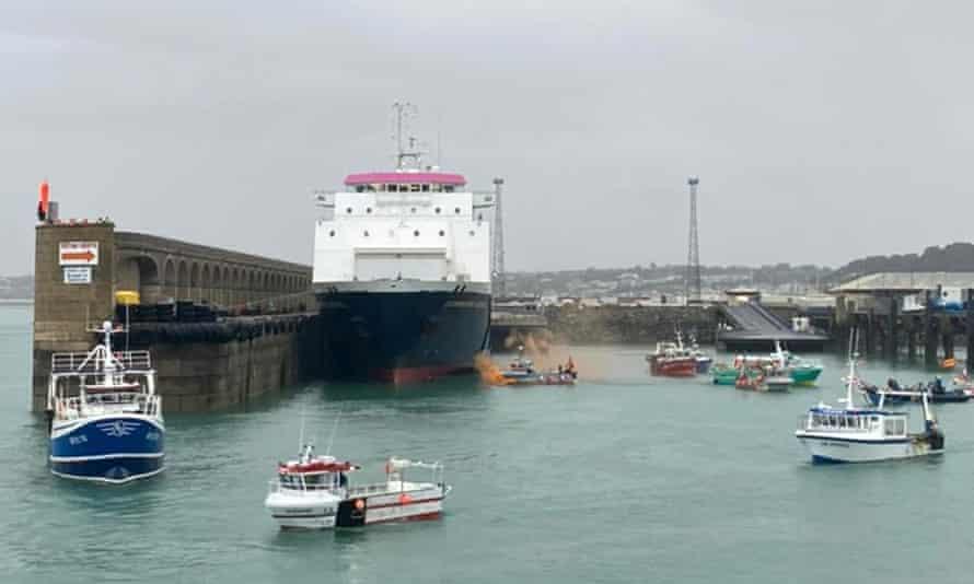 کشتی های ماهیگیری فرانسوی روز پنجشنبه اعتراض خود را در خارج از بندرگاه سنت هلیر برپا داشتند.