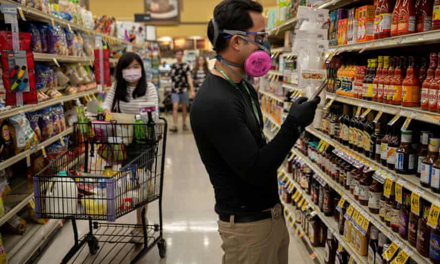 People wear masks while grocery shopping in Tucson, Arizona, 4 April 2020.