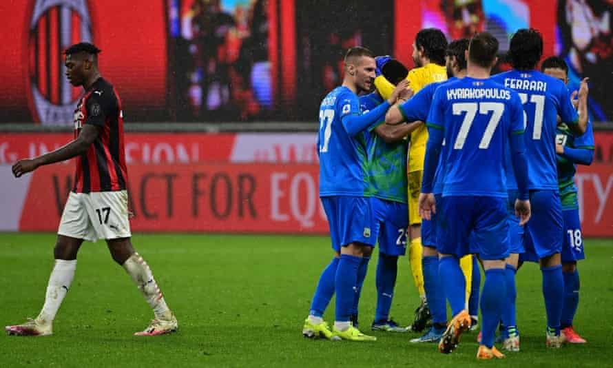 I giocatori del Sassuolo festeggiano la vittoria a San Siro con l'uscita del pioniere portoghese del Milan Rafael Leo (a sinistra).