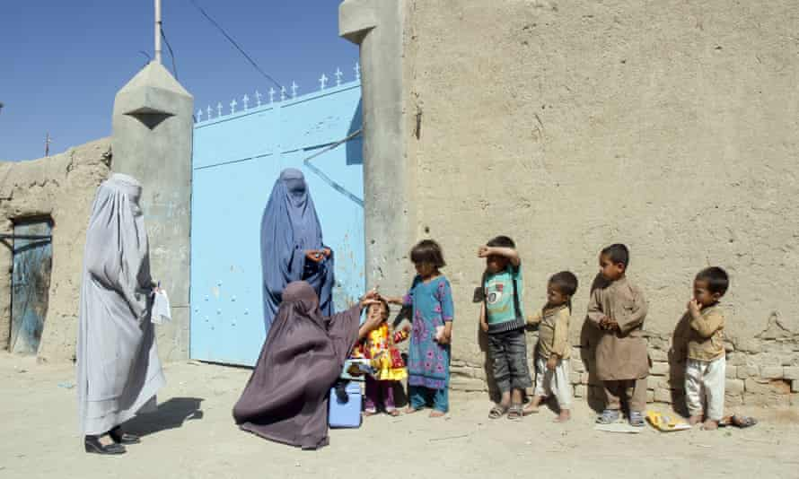 A health worker gives a vaccination to a child during a polio campaign in Kandahar, Afghanistan, April 18, 2016.