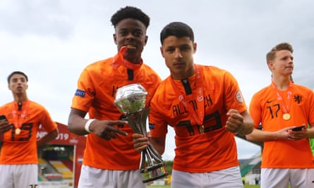 Sontje Hansen and Dutch teammate Soulyman Allouch celebrate with the Euro Under-17 trophy in Dublin.