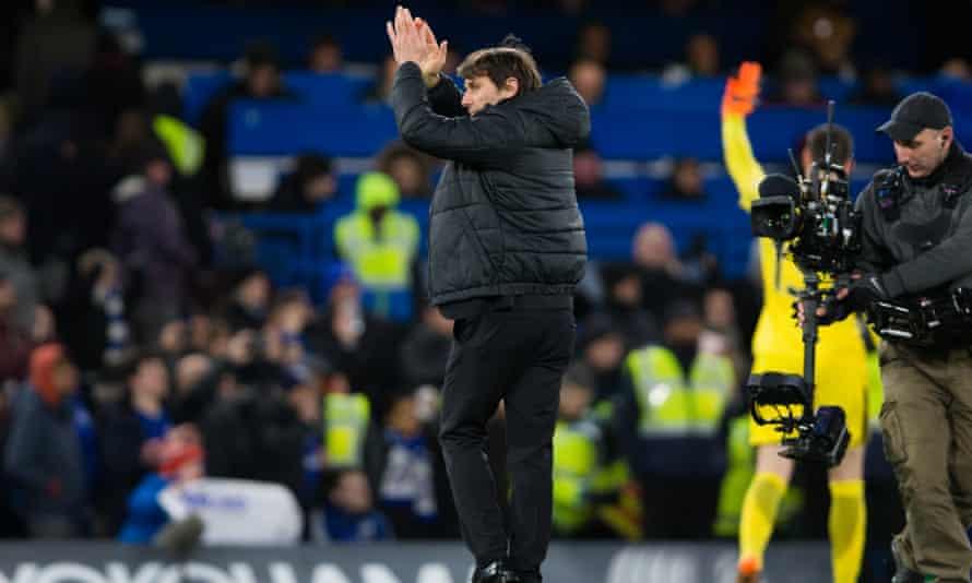 Antonio Conte applauds fans