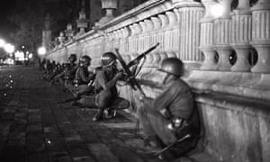 Soldadoes agazapados con sus armas en el área de Tlatelolco, Ciudad de México, durante una manifestación estudiantil el 2 de octubre 1968.