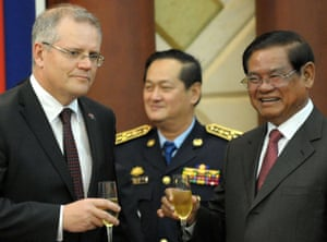 Scott Morrison and a senior Cambodian minister, Sar Kheng, raise a toast at a signing ceremony for refugee resettlement in Phnom Penh in 2014