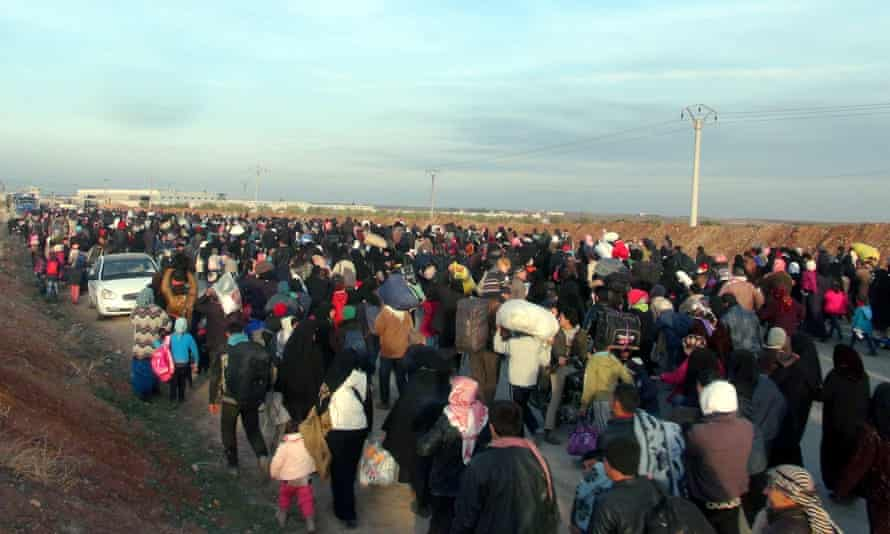 Syrians make their way to the Esselame border gate