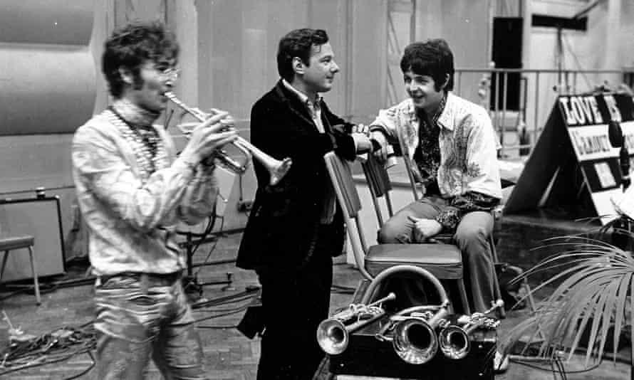 John Lennon, Brian Epstein e Paul McCartney em junho de 1967.