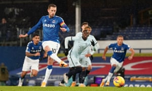 Everton's Gylfi Sigurdsson scores from the spot.