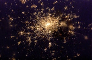 UNDATED HAND OUT PHOTOGRAPH TAKEN FROM INTERNATIONAL SPACE STATION SHOWS LONDON AT NIGHTAn undated hand out photograph taken by the crew of the International Space Station received on February 27, 2003 shows a nigt-time view of London. The picture was taken with a digital camera as the crew raced through space at 17,000 miles per hour (27, 353 kph) and shows a clear view of some of London's landmarks including the River Thames snaking through the city's heart and the M25 motorway which encircles the capital. EDITORIAL USE ONLY REUTERS/HO
