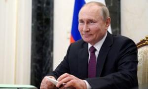 Vladimir Putin mengambil bagian dalam panggilan konferensi video di Moskow pada Maret 2021.