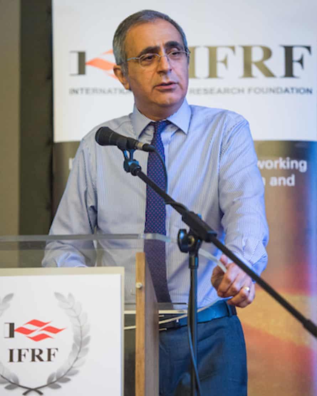 Profesor Muhammad Purkachanian memberikan kuliah