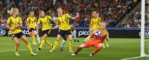 The goalkeeper Hedvig Lindahl was key to Sweden's victory against Canada.
